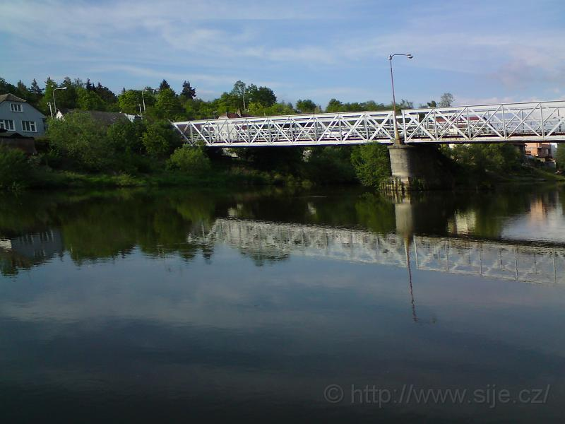 Odlesk mostu nad prahem