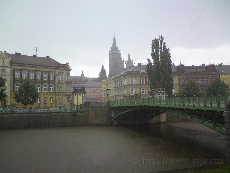 Bílá věž za deště