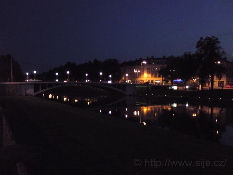 Tyršův most za setmění