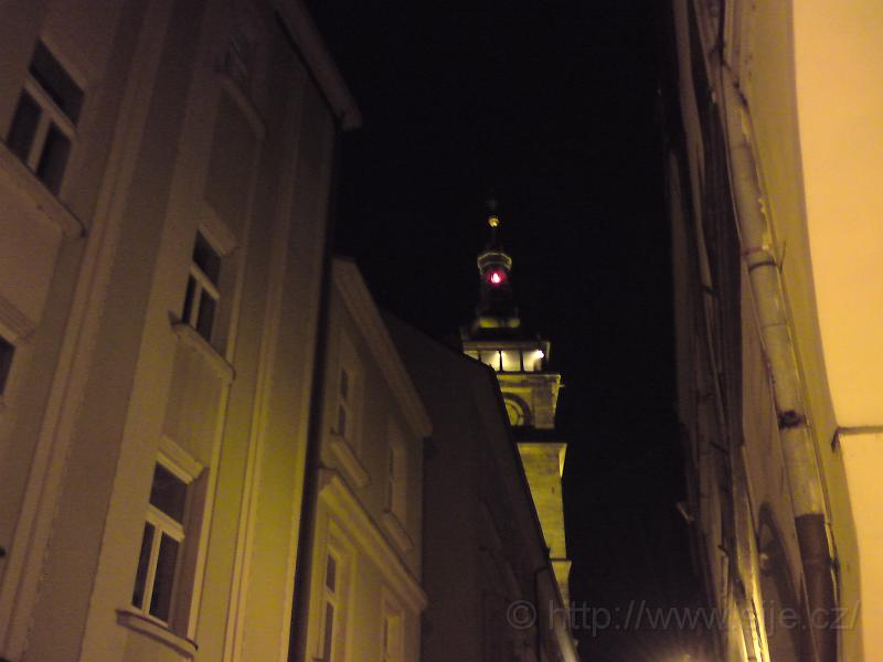 Bílá věž za tmy