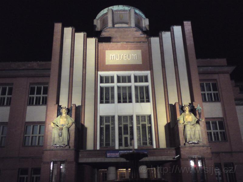 Noční průčelí Muzea
