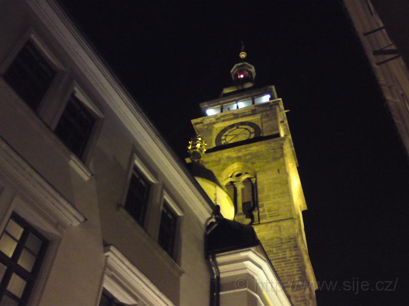 Noční Bílá věž odspodu