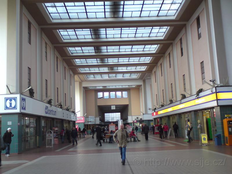 V hale hlavního nádraží