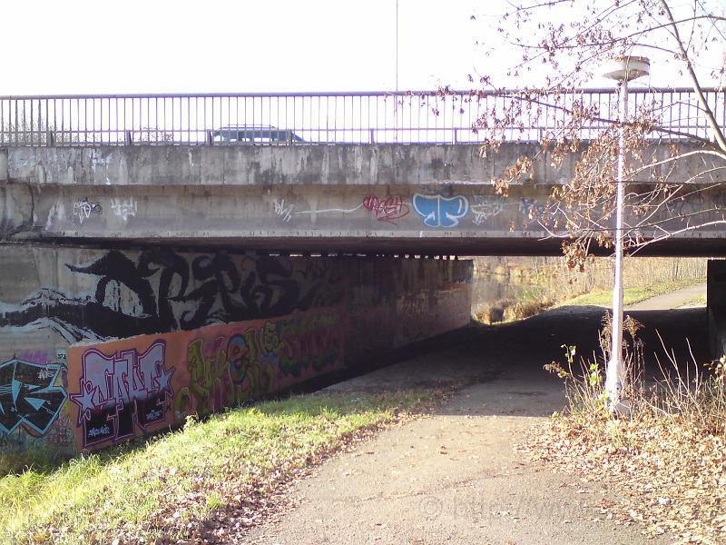 Cesta pod mostem