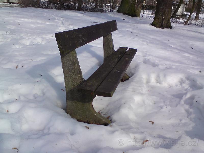 Osiřelá lavička v zimě